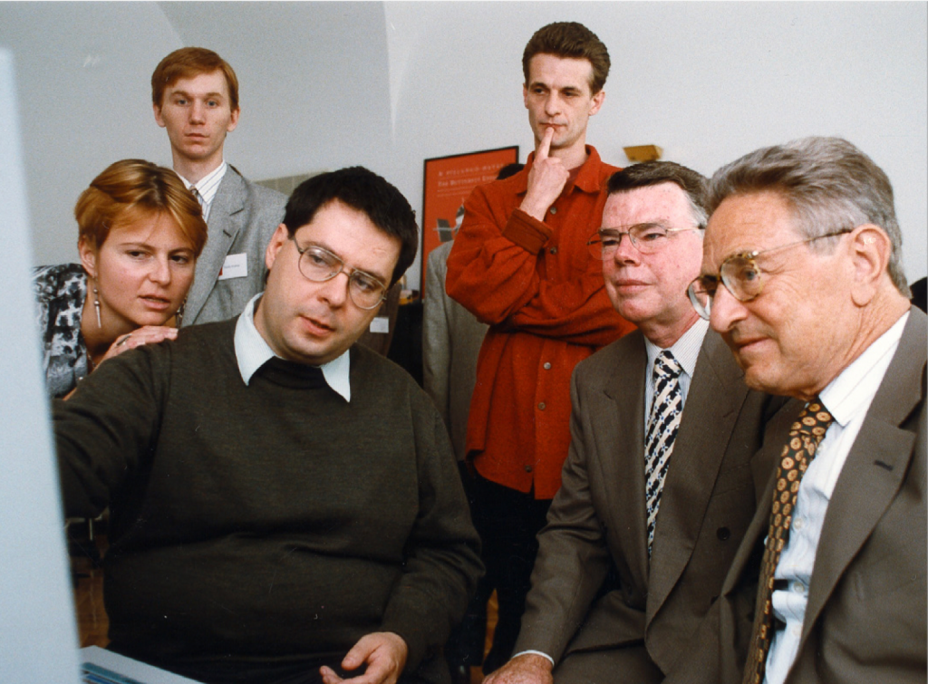 Џорџ Сорос (десно) присуствува на отворањето на Ц3, Центарот за култура и комуникации, во Будимпешта, Унгарија, 1996 год.